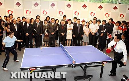 2008年5月8日,胡锦涛与福田康夫在东京早稻田大学出席2008日中青少年友好交流年开幕式。这是开幕式后,胡锦涛与日本著名乒乓球运动员福原爱一起打乒乓球。 新华社记者兰红光摄