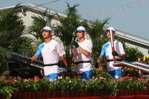 天津次日传递起跑仪式,圣火护卫来到现场