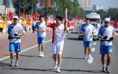 图文:奥运圣火继续在天津传递 火炬手律斌