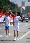图文:奥运圣火继续在天津传递 火炬手张威