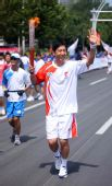 图文:奥运圣火继续在天津传递 火炬手王宝泉