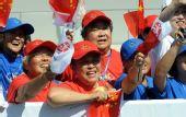 图文:奥运圣火继续在天津传递 观众加油