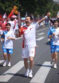 图文:奥运圣火继续在天津传递 火炬手白培霖
