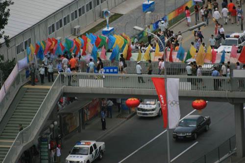 图文:开幕式第二次彩排 彩旗招展过天桥