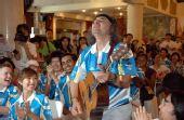 图文:奥运外籍志愿者岗前受训 弹奏吉他