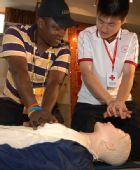 图文:奥运外籍志愿者岗前受训 急救测试