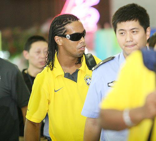 图文:巴西国奥队抵达沈阳 酷男小罗心情不错