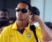 图文:巴西国奥抵达沈阳 小罗拨弄头发