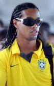 图文:巴西国奥抵达沈阳 小罗带着墨镜很酷