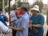 图文:开幕式第二次彩排 志愿者照看老人