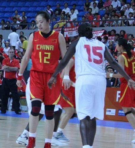 图文:女篮中国VS马里 双方在对抗中对方防守者