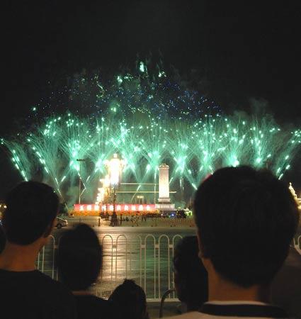 北京,2008年8月2日 天安门燃放焰火 8月2日晚,市民和游客在天安门广场观看焰火。当日,天安门广场燃放焰火,把北京夜空映照得五彩缤纷,吸引许多人等候、观看。 新华社记者 徐亮 摄