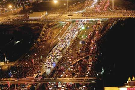 四环拥堵的人流和车流。