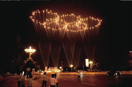 """天安门广场绽放""""五环""""焰火。"""