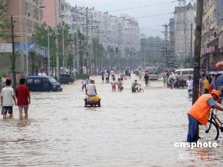 滁州市街道积水严重。从8月1日8时至2日7时,安徽滁州市普降特大暴雨,城乡街道积水,农作物受灾,不少房屋倒塌。 中新社发烂皮摄