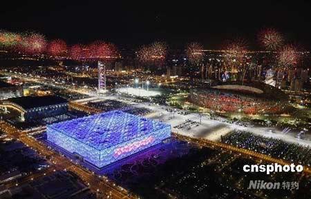 8月2日晚,北京奥运会举行开幕式彩排,虽然只施放了总量25%的烟花,但还是把整个奥林匹克公园映照得美轮美奂。 中新社发姜平摄