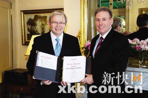 颁赠仪式上,当地教会将研究结果递交到陆克文(左)手中。