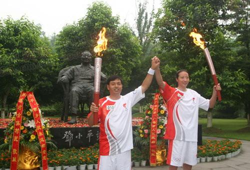 邓小平铜像前交接圣火