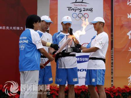 北京奥组委官员点燃火炬