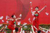 图文:演员在圣火传递终点表演舞蹈 为传递助兴