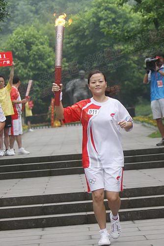 第11棒刘亚奇邓小平铜像前传圣火