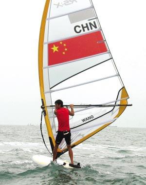 中国帆板运动员王爱忱在海上训练