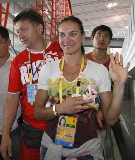 图文:伊辛巴耶娃抵达北京 面带笑容