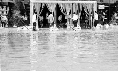 南京浦口区一家大型商场的职工正在排除积水 陈琪