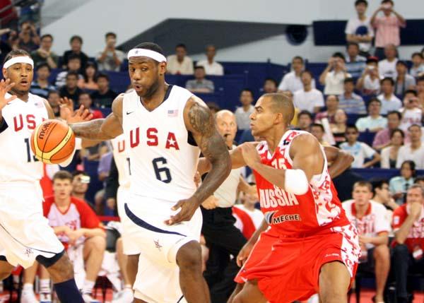图文:美国男篮VS俄罗斯  詹姆斯表情搞怪单打