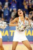 图文:美国男篮VS俄罗斯 狂野拉拉队热舞