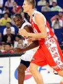 图文:美国男篮VS俄罗斯 科比防基里连科