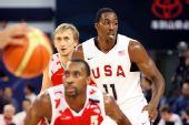 图文:美国男篮VS俄罗斯 霍华德要位
