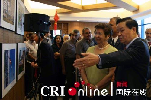 中国驻巴勒斯坦民族权力机构办事处主任杨伟国向拉姆安拉市长讲解图片内容
