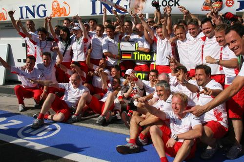 图文:F1匈牙利大奖赛正赛 丰田为格洛克庆祝
