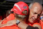 图文:F1匈牙利大奖赛正赛 丹尼斯拥抱爱徒
