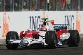图文:F1匈牙利大奖赛正赛 格洛克冲过终点