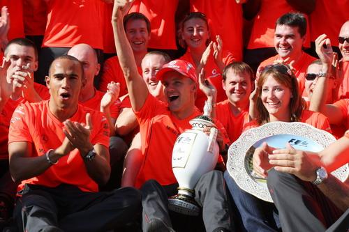 图文:F1匈牙利大奖赛正赛 迈凯轮庆祝胜利