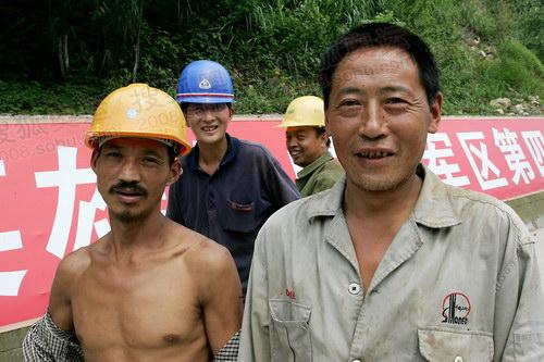 灾区工人的笑脸图片