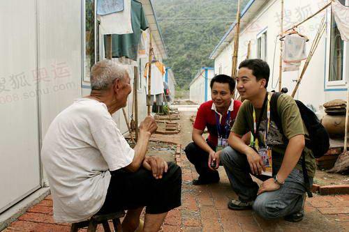 灾民喜笑颜开的跟记者聊天