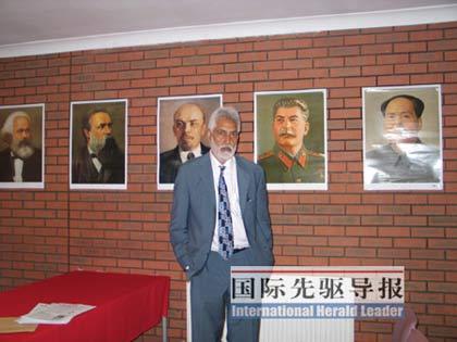 英国马列主义共产党主席布拉尔站在会议室里,后头的墙上依次贴着马克思、恩格斯、列宁、斯大林和毛泽东的画像。马桂花/摄