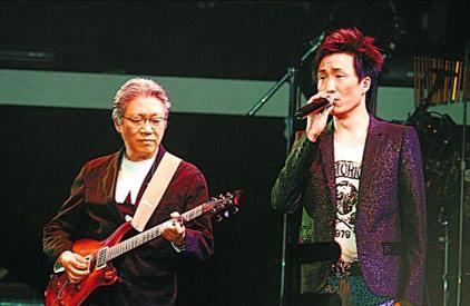 有老爸郑东汉弹琴,郑中基唱得更舒畅