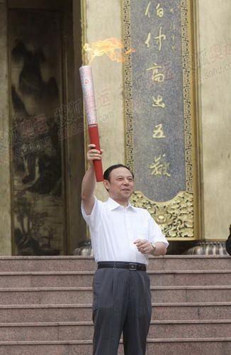 四川副省长陈文华展示圣火