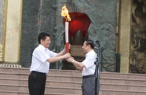 陈文华把火炬传给乐山市委书记姜晓亭