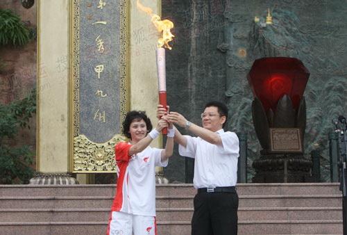 姜晓亭把火炬传给首棒高敏
