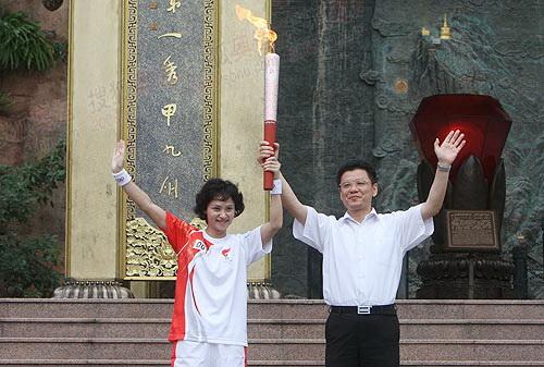 高敏与乐山市委书记姜晓亭共同展示圣火