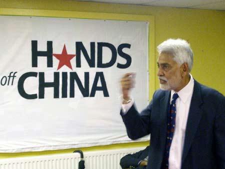 """7月19日,在英国首都伦敦,英国共产党主席布拉尔在""""别纠缠中国""""声援行动发起仪式上发言。"""