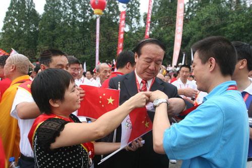 乐山市民纷纷找蒋效愚签名