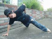 图文:林俊杰备战火炬接力狂练俯卧撑 奥运加油