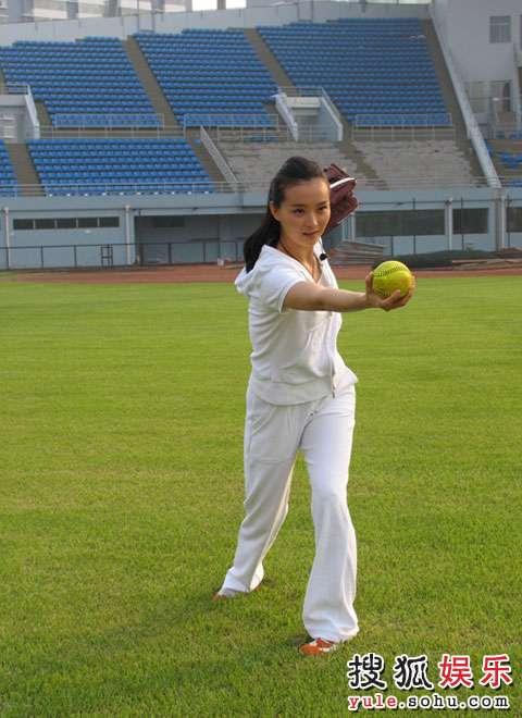 王艳在垒球场拍摄奥运宣传片