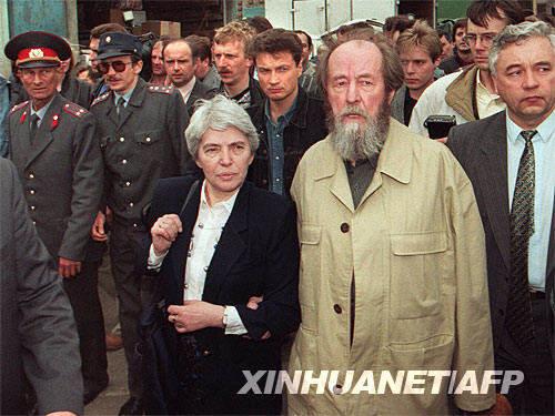 这是1994年5月28日在俄罗斯符拉迪沃斯托克拍摄的索尔仁尼琴(前右)和其妻子娜塔莎(前左)的资料照片。 新华社/法新